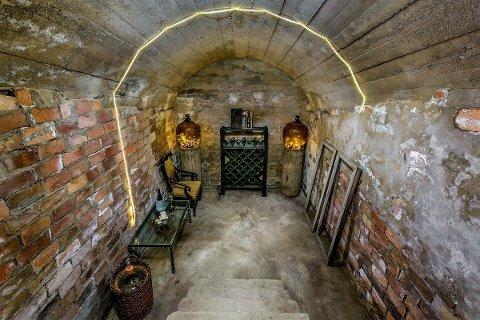 Dette rommet fra 1920-tallet under låvebrua har familien brukt som vinkjeller.