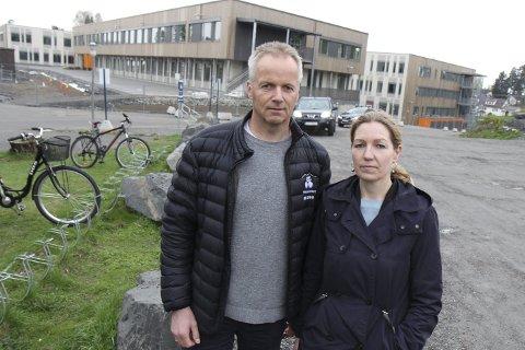 Viktig sak: – For ansatte, brukere og besøkende er det viktig at denne saken finner sin løsning, sier varaordfører Willy Kvilten (H) og Karianne Raad Wanggaard.   FOTO: kjell aasum