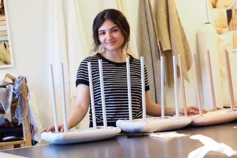 Sahar Palani lager en liten krakk, kalt Hoop.