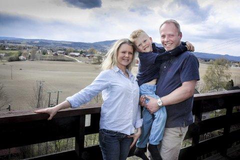 Bak syv blåner ... : Familien Gunhild Sophie (34), Alexander (5 1/2) og Christopher (44) Thaulow-Landmark har lagt ut på en eventyrreise, som de håper mange vil være med dem på. Her er de hjemme på terrassen i Eidsvoll, med utsikt til Mistberget (663 m.o.h.) i bakgrunnen.Foto: Ola Einbu