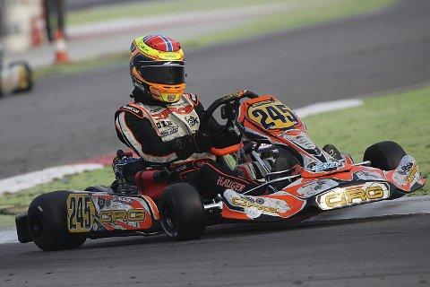 Historisk: Dennis Hauger fra Aurskog klarte i helgen det ikke engang Michael Schumacher maktet. Gokartkjøreren vant en runde i den tyske seniormesterskapet som 14-åring. Nå kjører han for sammenlagttittelen. Begge foto: Privat