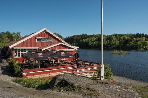 HOVEDDØRA BRUTT OPP: Innbruddstyver har vært på ferde i Gansvika restaurant.