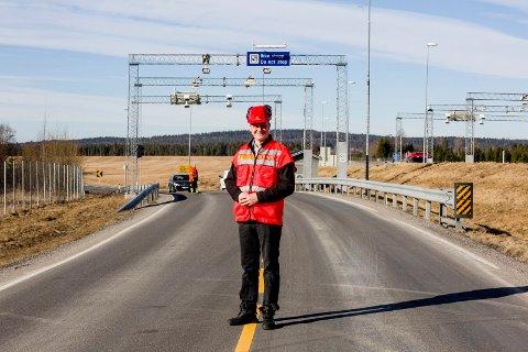 BOM FOR UTBYGGING: Statsråd Ketil Solvik-Olsen avbildet i forbindelse med stenging av bomstasjonen på Nybakk i mars.