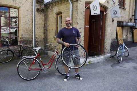 FIKSER SYKLER: Tommy Storhaug fra Auli har sammen med tre andre startet opp firmaet Retour. De gir nytt liv til gamle sykler.