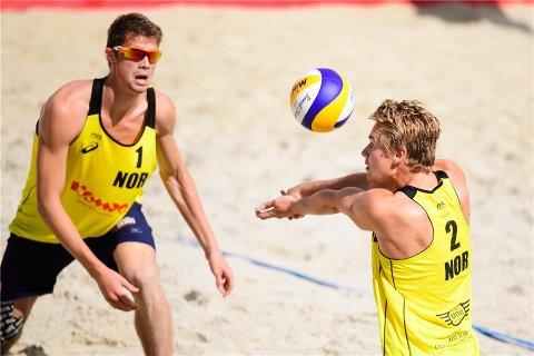 SLO GODT FRA SEG: Christian Sandlie Sørum (t.h.) fra Fjerdingby og makker Anders Berntsen Mol slo et av parene som gikk til finalen under World Tour-turneringen i sandvolleyball i Russland. FOTO: FIVB