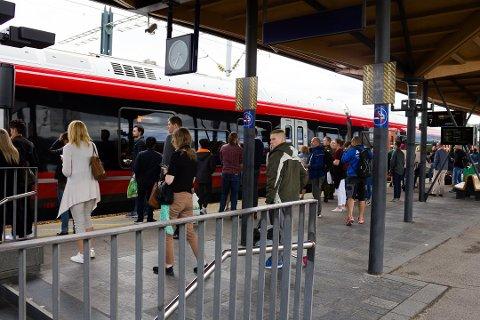 NSB opplyser at reisende må forvente mye folk på togene kommende uke.