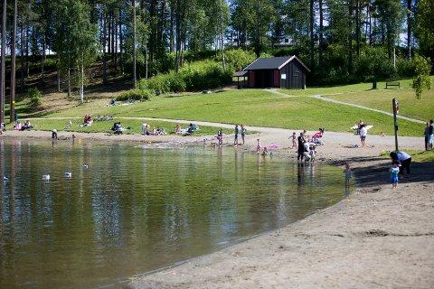 24 GRADER: Det er behagelig å bade i Nordbytjernet for tiden.