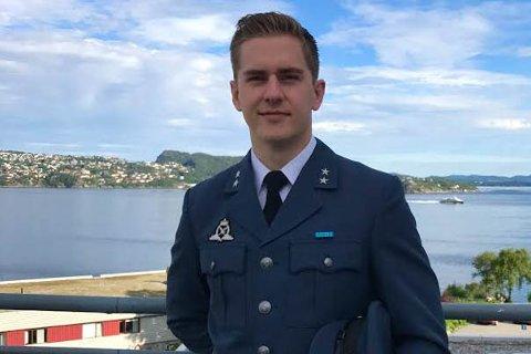 Aleksander Ramsrud Johansen (24) har studert ved Luftkrigsskolen sammen med sjøforsvaret og hæren i tre år.