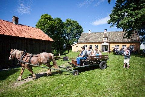 Kjøring med hest og vogn er bare en av aktivitetene på Barnas dag på Skedsmo bygdemuseum søndag 20. august.