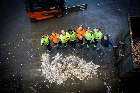 MANGFOLD: Hos bedriften Infinitum i Fet kommer arbeidsstokken fra mange forskjellige nasjoner. Fra venstre: Amanuel Hagos (Eritrea), Anders Pharo (Norge), Bartosz Kraska (Polen) Dawit Tesfagergsh (Eritrea), Rickard Johansson (Sverige), Peyu Silagi (Bulgaria), Jan Andreas Nymann (Norge), Darius Leonavicius (Litauen). BEGGE FOTO: LISBETH LUND ANDRESEN