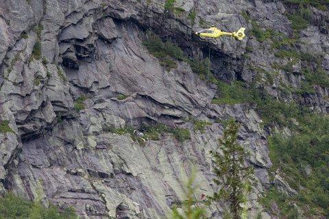 Et småfly har styrtet i en fjellvegg i Sør-Aurdal kommune tirsdag kveld. Politi og flyhavarikommisjonen er nå på stedet. Avdøde blir fraktet ut med ambulansehelikopter. Foto: Torstein Bøe / NTB scanpix
