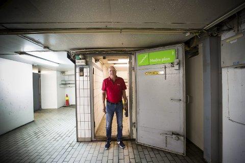 SKJULT: Arnfinn Lund savner mer informasjon fra kommunen om hvor tilfluktsrommene er. Her er han på vei ned i parkeringshuset på Lillestrøm Torv for å finne tilfuktsrommet som skal være der.
