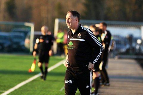 FORNØYD: Aurskog-Høland-trener Arne Henrik Vestreng gledet seg over sitt lags prestasjon mot Strømmen 2.