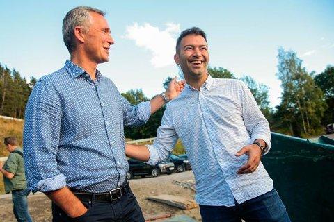 NATOs generalsekretær Jens Stoltenberg (t.v) hilser på AUF-leder Mani Hussaini på vei i MS Thorbjørn over til Utøya og AUF's sommerleir onsdag kveld. Håkon Mosvold Larsen / NTB scanpix