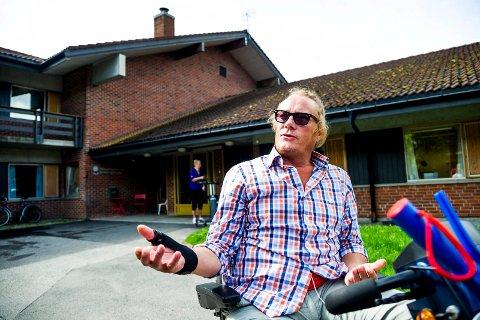 NEKTER Å FLYTTE: Hofteopererte Ove Christian Owe utenfor Vilberg helsetun, der han har plass fram til onsdag. Men Owe sier blankt nei til å reise hjem. Foto: Andreas Lekang