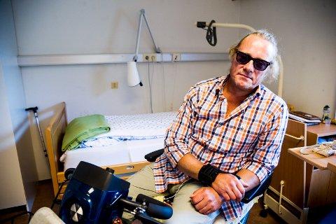 TRENGER OMSORG: Ove Christian Owe på rommet sitt på Vilberg helsetun. – Jeg klarer meg ikke alene hjemme før den nye hofta er på plass, slår han fast. Foto: Andreas Lekang