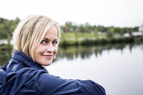 Silje Josten Kjosbakken bor på Rånåsfoss med mann og to barn. – Jeg har ikke angra et sekund, sier hun om valget av bosted. Foto: Tom Gustavsen