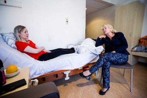 FØLER SEG UØNSKET: Cecilie Brenden Høgtorp er i ferd med å gi opp å skaffe seg bolig i Skedsmo. Stortingsrepresentant Kari Kjønaas Kjos besøkte henne i går. Begge er oppgitt over hvordan Skedsmo kommune takler situasjonen.