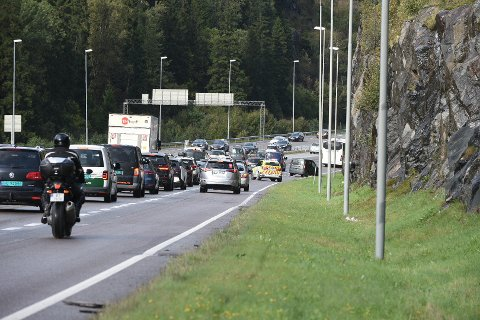 KØ: Ulykken har skjedd på Djupdalstoppen i nordgående retning og RBs fotograf på stedet sier det er mye kø, langt bakover mot Oslo. FOTO: VIDAR SANDNES