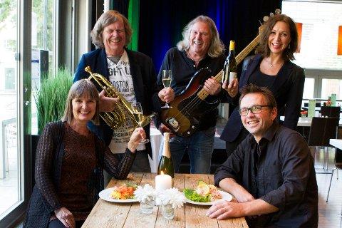 JAZZYGJENG!Jazzkaféen har flyttet til Scene 5 og alle gleder seg til jazzkafé hver lørdag kl. 14.00. F.v. Sissel Tveit, Odd Brubak, Tom Frogner, Anne Brinch Heyerdahl og Frode Hellum.