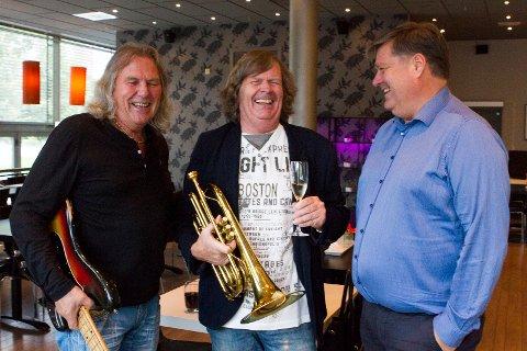 NYTTOGSPENNENDE: Daglig leder ved Lillestrøm Kultursenter, Lars Otto Ullereng (t.h.), ønsker Tom Frogner og Odd Brubak i Lillestrøm Jazzklubb velkommen tilScene 5.