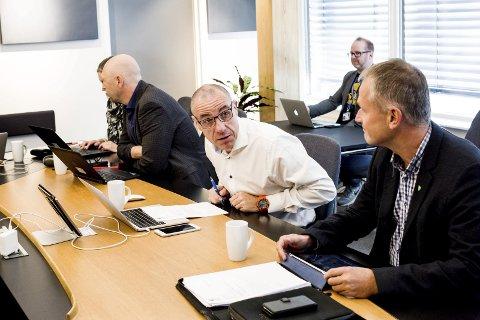 UINFORMERT: – Når gikk lyset opp i DGI? vil ØRU-leder/Ullensaker-ordfører Tom Staahle vite. Fersk Ullensaker-rådmann Rune Hallingstad (t.v.) og Hurdal-ordfører Runar Bålsrud. Foto: TOM GUSTAVSEN