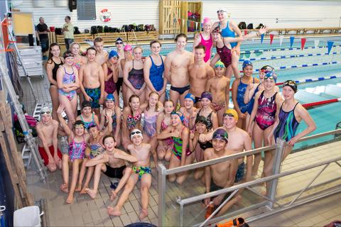 POPULÆR: Henrik Christansen (i midten bak) er Skjetten svømmeklubbs store stjerne. Ifølge daglig leder Marcel Rosenberg stiller Lillestrøm-gutten ofte opp for sine klubbkollegaer. Foto: Jan Ivar Hansen Bergli