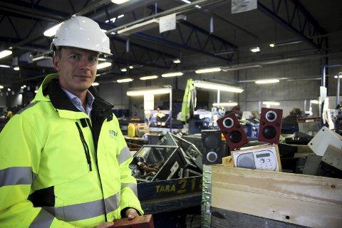 Får inn flere radioer enn før: Ifølge Marcus Martinsson, markedssjef i Stena Recycling, har mengden FM-radioer som havner hos dem økt i takt med nedslukkingen. ALLE FOTO: ELISABETH JOHNSEN