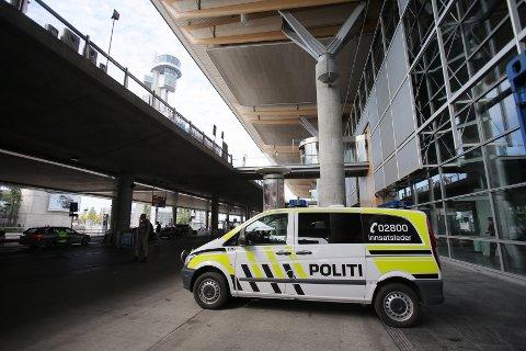 FRAMSKUTT LAGRING: Utenfor terminalen, i politibilene må politiet på Gardermoen lagre våpnene sine.