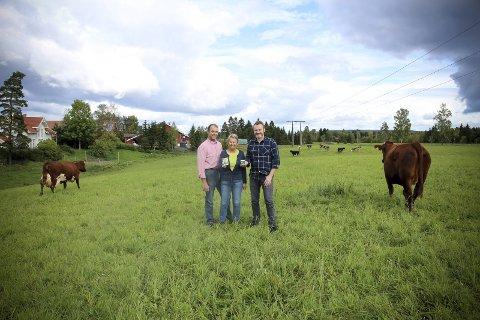 Økologisk: Nyrisen lages av økologisk melk av kuer som får gå ute hele året. Hans Arild Grøndahl (t.v.), Anne Birte Olsen og Lars-Erik Undrem er spente på responsen. ALLE FOTO: Elisabeth Johnsen