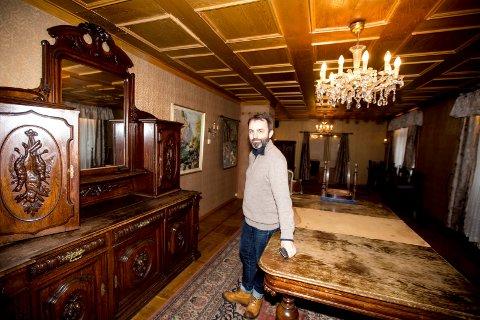 ALT SKAL SELGES: Lillestrøm Skolekorps skal selge inventaret fra Fagerborg Hotel på loppemarked. Stian Breilo viser fram møbler som stammer fra da tyskerne okkuperte hotellet.