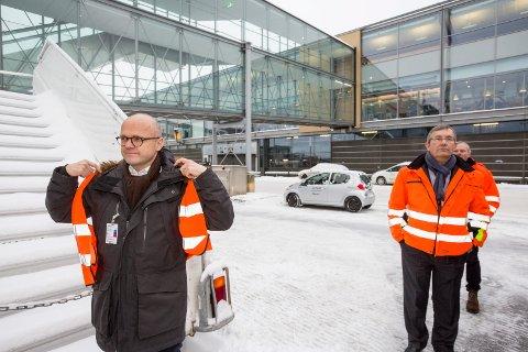 USIKKER: Klima- og miljøminister Vidar Helegsen (H) har ennå ikke konkludert i sitt syn på en tredje rullebane på Oslo lufthavn. Fredag møtte han flyplassdirektør Øyvind Hasaas.