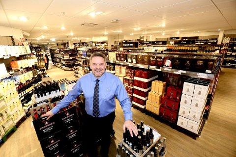 FORNØYD: Butikksjef ved et av de nye polene, Jan Magne Skartlien.