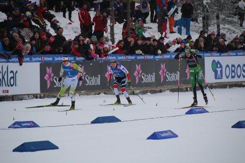 NUMMER TRE: Ragnhild Haga (t.v.) ble knapt slått av Marit Bjørgen og Astrid Uhrenholdt Jacobsen i spurten på fellesstart med skibytte. FOTO: PER MORTEN SØDAL