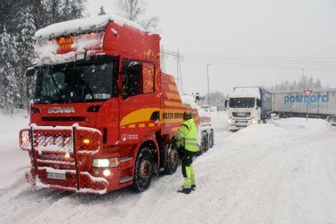 KAOTISK: Det var kaotisk på Gjelleråsen tirsdag. Flere utenlandske vogntog måtte ha hjelp. (Foto: Norges Lastebileier-forbund)