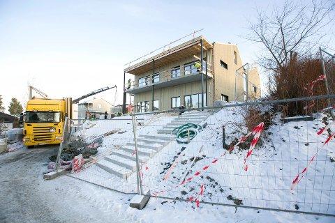 KONFLIKT: De nye avlastningsboligene til Sørum kommune er på det nærmeste ferdig. Underentreprenører har imidlertid røket fullstendig uklare på byggeplassen.