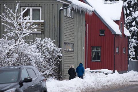 LIVSFARLIG: Flere hus i Lillestrøm har spisse istapper som henger ned og er til fare for mye trafikanter. Politiet minner om at det er huseiers ansvar å fjerne dem.