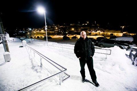 REAGERER: Eirik Stillingen er en av dem som reagerer på at Bare Nor fra 1. februar innfører parkeringsavgift ved tre nye stasjoner.  FOTO: LISBETH LUND ANDRESEN