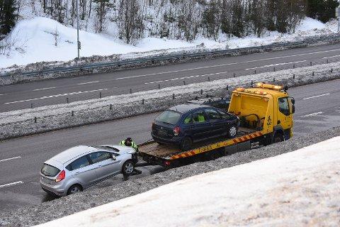 HENTET UT: To biler var involvert i ulykka i Rælingstunnelen. FOTO: VIDAR SANDNES