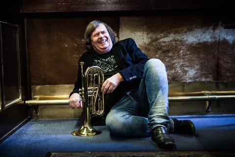 Jubelsmil: Odd Herman Brubak (61) er høyt og lavt – hele tiden – når det gjelder å fronte Lillestrøm jazzklubb. Det har publikum nytt godt av i mange år. Nå ser han fram til jubileumsfeiring og trolig fortsatt mange jazzkonserter i årene framover.Foto: Tom Gustavsen