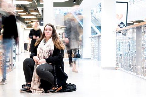 ENSOM: Da Kine Merethe Jørgensen (22) skrev et innlegg om ensomheten sin i en lukket facebookgruppe for jenter var det mange som tok kontakt og sa de kjente seg igjen.
