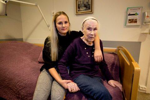 – OMSORGSFULL OG BLID: Eli Øistad har vokst opp i samme hus som bestemoren. De har et nært forhold.