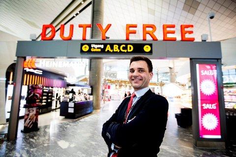 BRA MILJØ: Thomas Galasso mener fellesskapet blant de ansatte på flyplassen er veldig godt.