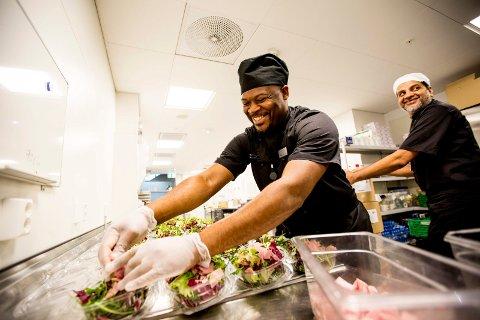 DRØMMEJOBB: Kenneth Lenga kunne ikke tenke seg å jobbe noe annet sted enn som driftsleder i matproduksjonen på flyplassen.