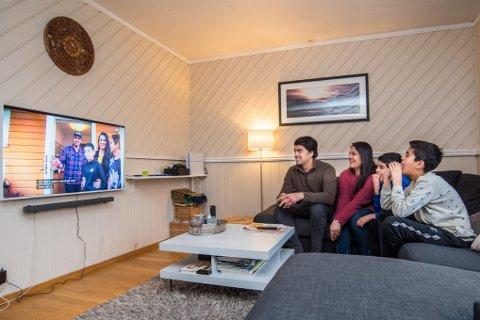 """PÅ TV: Hele familien Butt Azeem er samlet foran tv`en etter at de i en hel måned dro ut på tur som deltakere i NRK`s """"Familieekspedisjonen""""."""