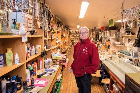 FRUSTRERT: – Vi blir ganske lei av at kunder stjeler og jukser med priser, sier Torild Pettersen, leder for Ullensaker Røde Kors bruktbutikk.