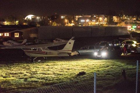POLITIAKSJON: Her aksjonerer politiet mot flyet på Kjeller mandag kveld. En av de to pilotene hevder han ikke kjente til narkotikaen som var ombord.