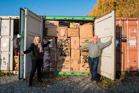 SNART PÅ PLASS: Loppegeneral  Tom-Erik Gulliksen og superloppeansvarlig Christin Fiksvik foran en av 14 stappfulle konteinere ved Nebbursvollen. Snart er alt på plass i Skedsmohallen.