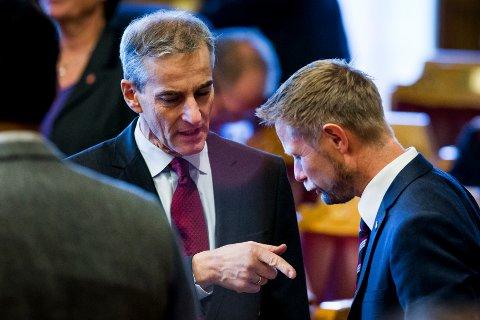 KRITISERER HØIE: Jonas Gahr Støre (t.v.) (Ap) snakker med helse- og omsorgsminister Bent Høie (H) i Stortingssalen fredag.