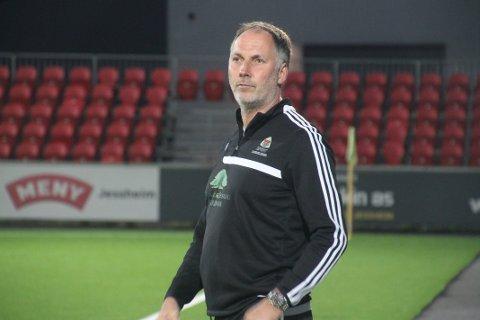 FEM STRAKE: Arne Henrik Vestreng tredde av med stil som trener for Aurskog-Høland FK, da de vant 5-0 over Skedsmo 2 i den siste seriekampen. Laget avsluttet dermed sesongen med 15 poeng på de siste fem kampene.